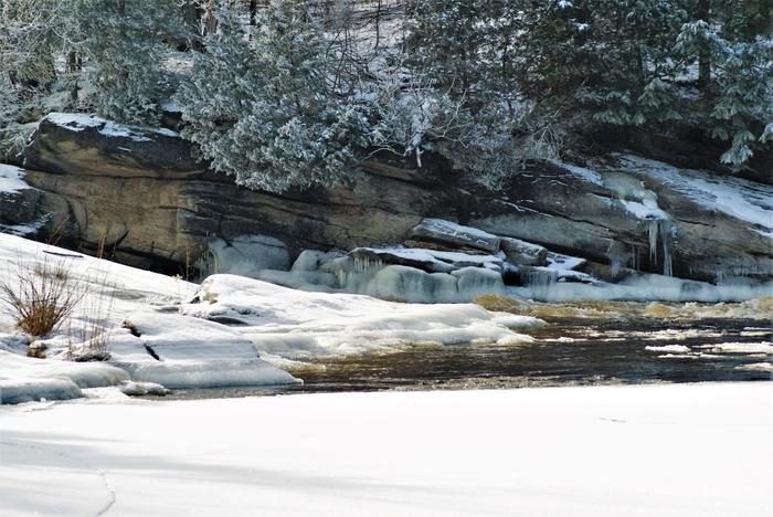 Winter is always a great time to visit waterfalls. (Credit: https://hikingthetrailtoyesterday.wordpress.com/)