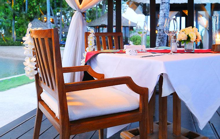 an outdoor hawaiian restaurant